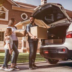 οικογένεια φορτώνει το αμάξι για τη μετακόμιση