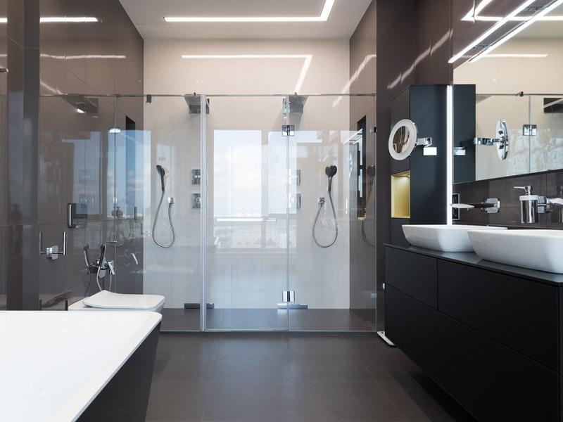 γυάλινες λεπτομέρειες μπάνιου
