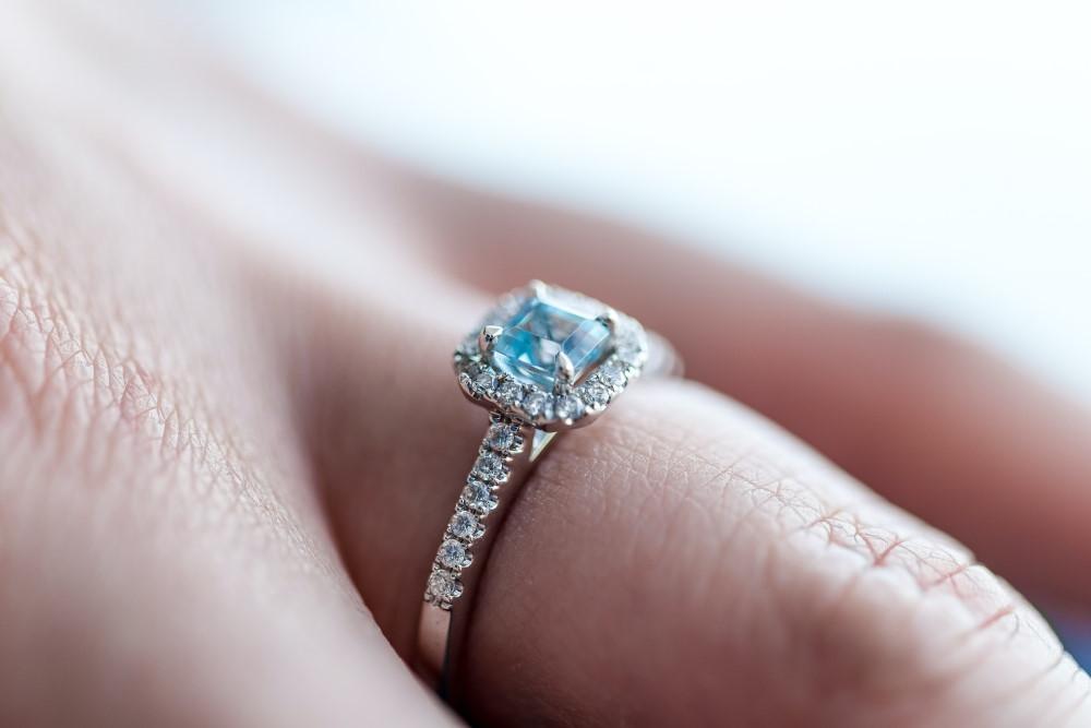 Μονόπετρο δαχτυλίδι επάνω σε δάχτυλο